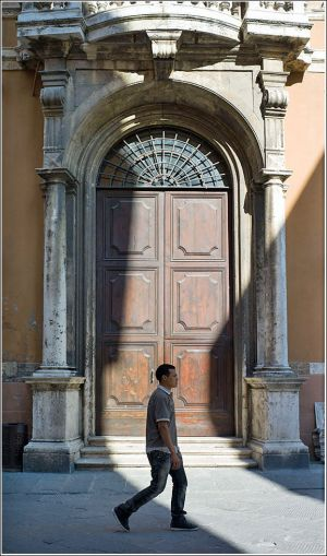 Large-door-in-Perugia.jpg